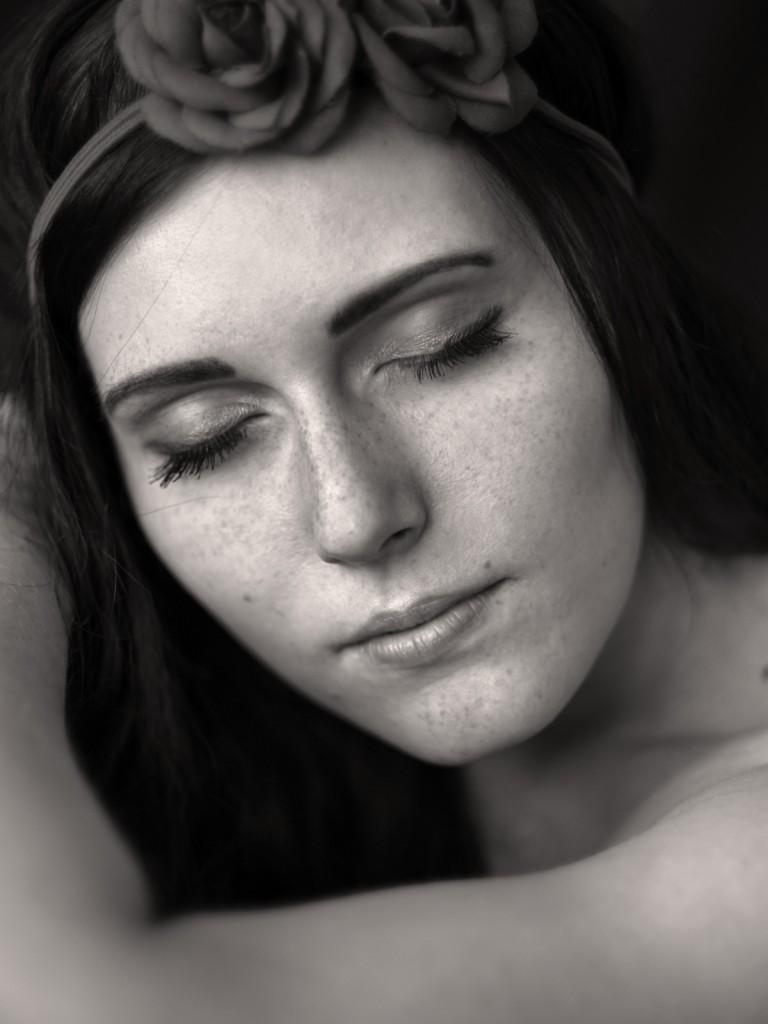 Engelsgleich wirkt die junge Frau, die mit geschlossenen Augen in sich gekehrt ist. Schwarz-weiss-Porträt von Fotografin Astrid Schulz aus Bremen.