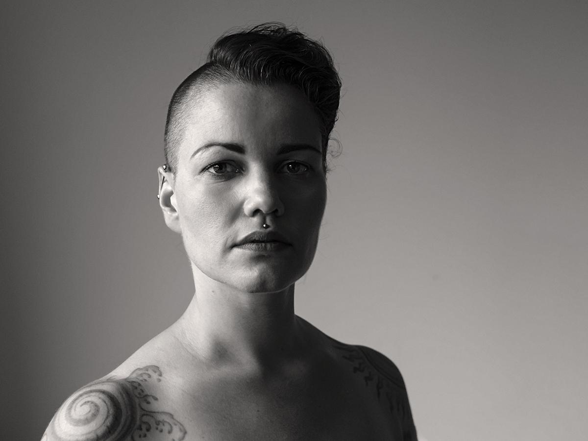 Portrait einer tätowierten und gepiercten Frau