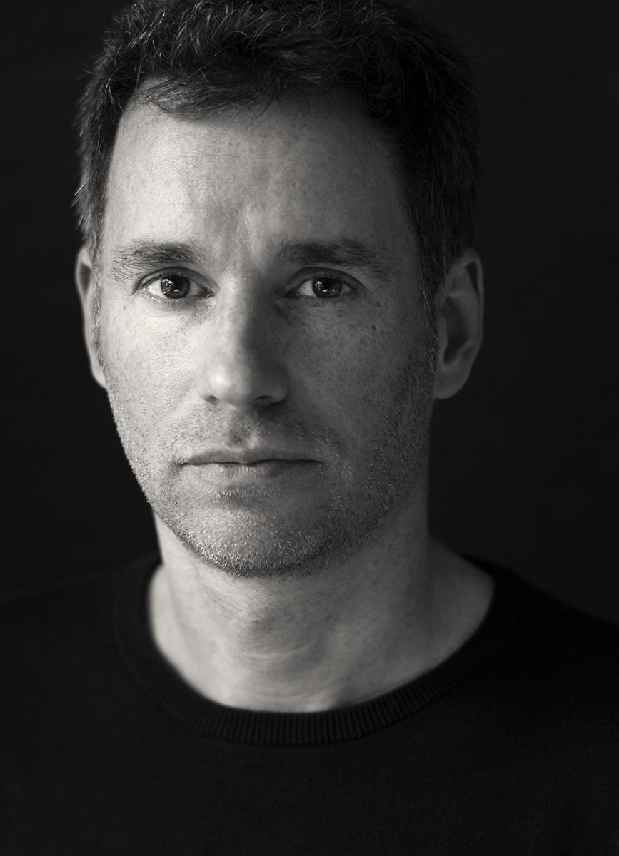 Schwarz-weiß-Portrait eines Mannes mit 3-Tage-Bart.