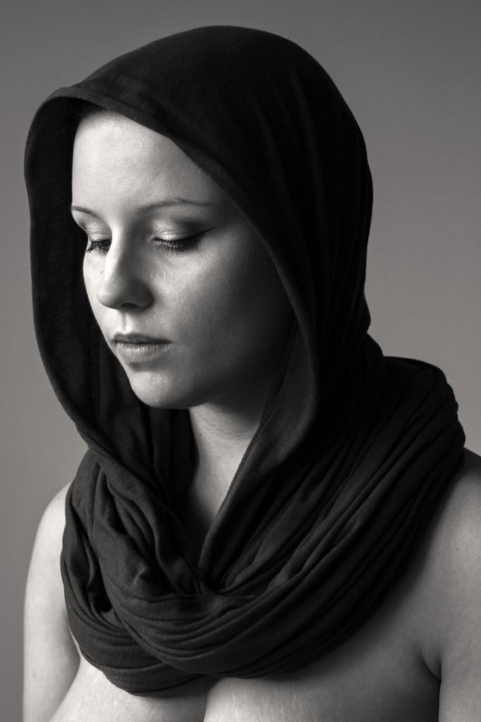 Schwarz-weiß-Portrait von Anna (Modell: Forbidden Rose). Fotografiert von Astrid Schulz, Bremen.