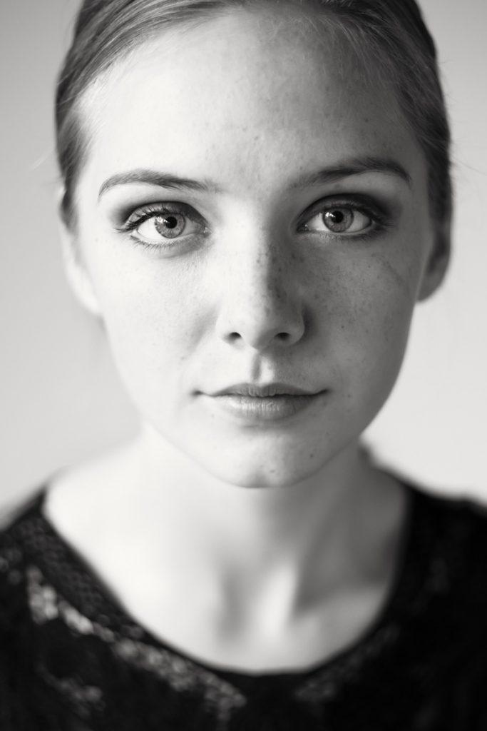 Schwarz-weiß-Porträt einer jungen Frau. Fotografin ist Astrid Schulz aus Bremen.