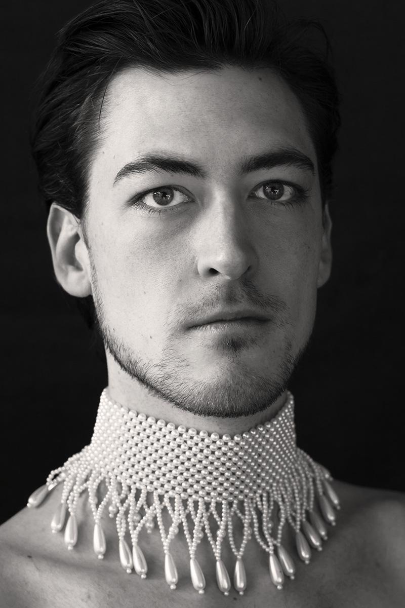"""Porträt aus der Serie """"Portrait mit Perlenkette"""" von der Fotografin Astrid Schulz aus Bremen. Männer tragen bei der Serie eine Perlenkette."""