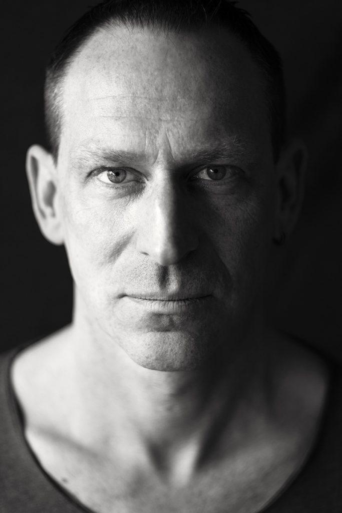 Charakterporträt von Thomas in schwarz-weiß. Sein intensiver Blick fesselt. Fotografiert von Astrid Schulz aus Bremen.