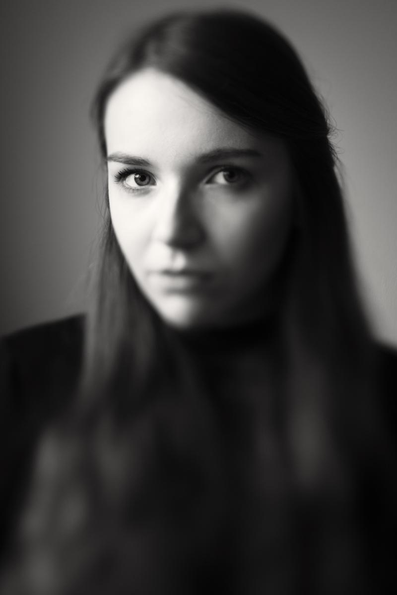 Lisa wurde portraitiert von Fotografin Astrid Schulz, Bremen. Dafür verwendet die Fotografin ein Tilt-and-Shift-Objektiv. Hierdurch entsteht eine spannende Unschärfe. In diesem Portrait ist quasi nur das rechte Auge scharf.
