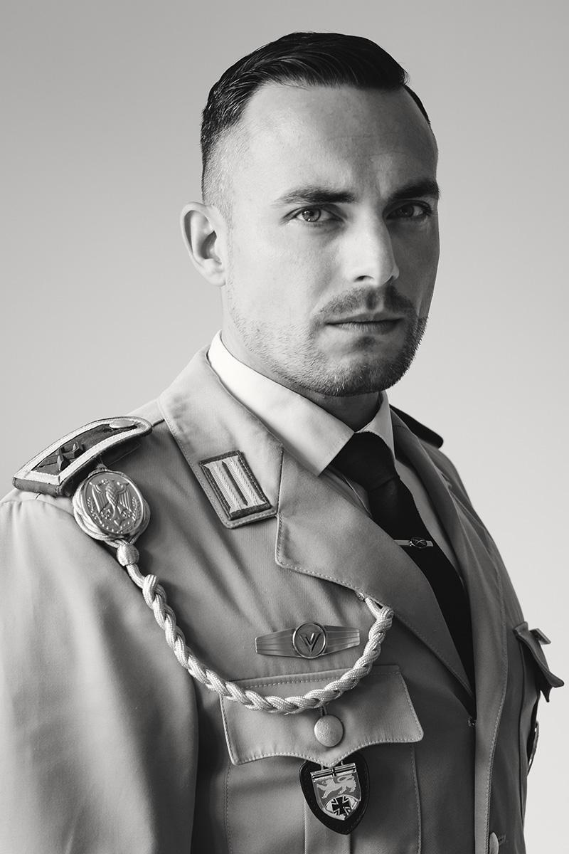 Portrait eines Mannes in Bundeswehr-Uniform.