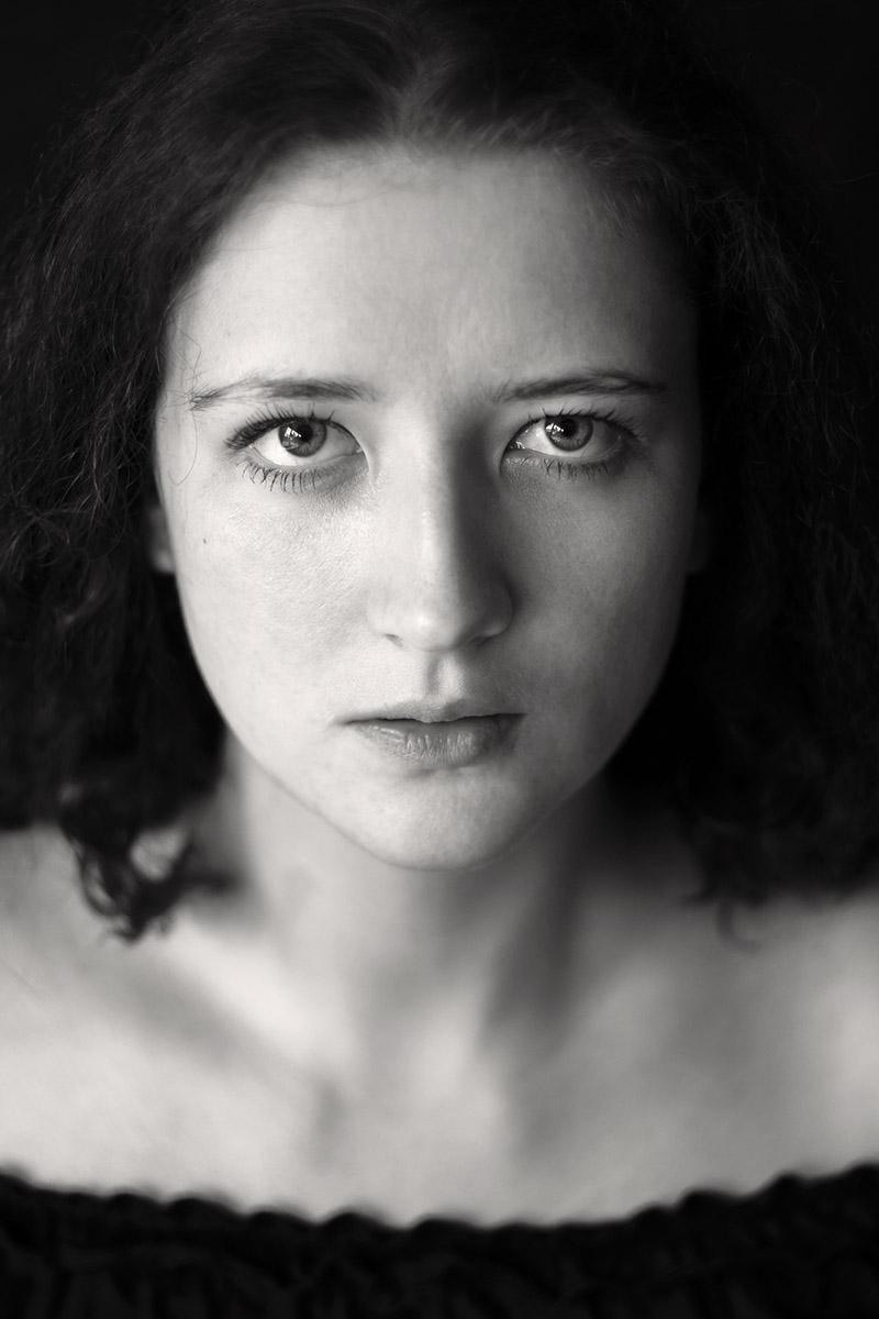 Close-up von Alina in schwarz-weiss.