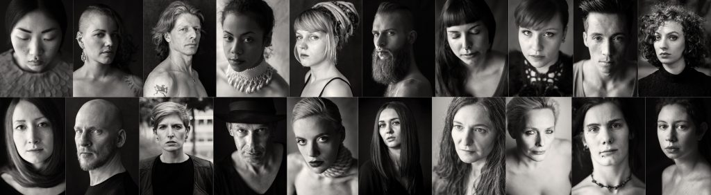 Hier sind 20 schwarz-weiß-Fotografien von Männern und Frauen, jeweils 10 in einer Reihe untereinander, zu sehen. Porträts verschiedener Menschen: Kurz- und langhaarig, Bartträger, Hutträger, Dreadlockige. Melancholische, sinnliche, ernste, stolze Menschen.