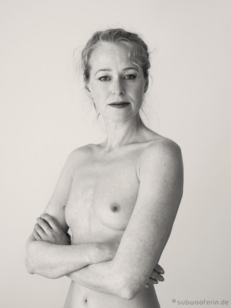 Aktportrait einer Frau in den 40ern. Sie blickt stolz in die Kamera. Fotografiert von Astrid Schulz aus Bremen.